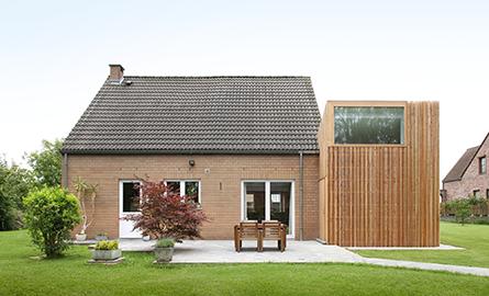 O casa din caramida isi extinde spatiile cu un volum imbracat in lemn