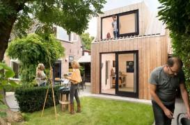 Un atelier de pictură amenajat în curtea din spatele casei
