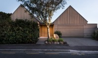 O casă ale cărei spații sunt fragmentate cu ajutorul grădinilor Proprietatea contine patru volume de dimensiuni