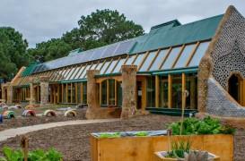 Arhitectul Michael Reynolds construiește prima școală durabilă din Argentina