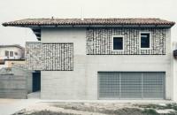 """""""Draperii"""" din piatră înfrumusețează fațadele acestei case Echipa sa a finalizat recent, in comuna San Quirino din nord-estul Italiei, renovarea unei case unifamiliale si a corpului adiacent care serveste drept casa de"""