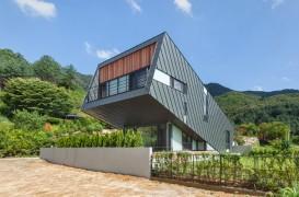 Un volum înclinat oferă casei spații cu amplitudini variate