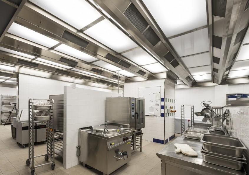 Ventilarea eficientă în bucătăria unui restaurant - avantajele unui plafon cu ventilație și recuperare de căldură