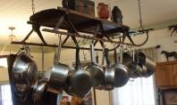 Bucatarii cu oale si cratite agatate! O varianta de amenajare a bucatariei propune ca vasele pentru
