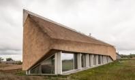 Forme sculpturale pentru acoperisul din stuf al unei case de vacanta Casa Dune a fost proiectata