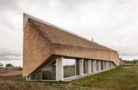O casă de vacanţă cu acoperiş sculptural din stuf