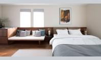 3 în 1 pentru dormitor tăblie din lemn băncuță și comodă In dormitorul matrimonial al acestei
