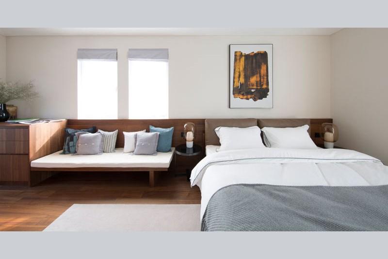 3 în 1 pentru dormitor: tăblie din lemn, băncuță și comodă