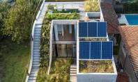 Casă solară organizată în jurul spațiilor vegetale Casa MeMo imbratiseaza natura prin gradina luxurianta si acoperisul