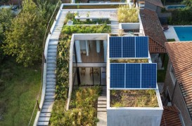 Casă solară organizată în jurul spațiilor vegetale