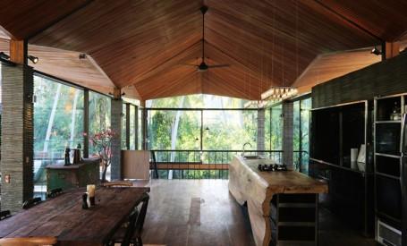 O casa isi deschide interioarele precum o figurina origami
