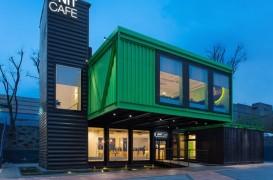 O cafenea modernă amenajată în 14 containere de marfă
