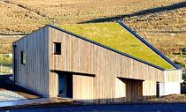 O casa se foloseste de materiale naturale pentru a disparea in peisaj