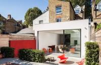 Extindere moderna ce face legatura cu zona vegetala a gradinii Un proiect de extindere al unei case cuplate din Chiswick, Londra, a fost astfel gandit incat sa asigure o tranzitie usoara spre zona vegetala a gradinii din spate.