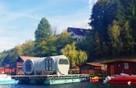 Un ponton plutitor și o casă prefabricată, ideale pentru escapadele de weekend