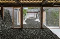 Curte interioară, cu forme ondulate, definește spațiile de locuit Locuinta se remarca printr-o serie de incaperi multi-functionale organizate in jurul unui spatiu deschis, amenajat pentru a induce o stare de calm si echilibru.