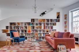 O casă plină de energie pentru iubitorii de cărți și pisici