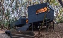 Loc de vacanță într-o cabană ascunsă printre copaci