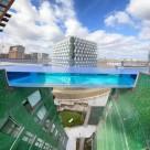 O piscină transparentă în cer care îţi dă senzaţia că zbori deasupra oraşului (Video)