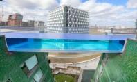 O piscină transparentă în cer care îţi dă senzaţia că zbori deasupra oraşului (Video) Sky Pool