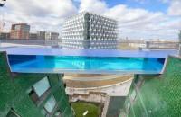 O piscină transparentă în cer îţi dă senzaţia că zbori deasupra oraşului (Video)