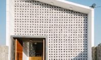 Casa cu anvelopanta perforata exemplu de arhitectura in beton Decupajele triunghiulare decoreaza blocurile din beton care