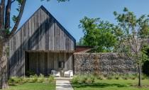 O casa construita din materiale naturale si elemente reciclate