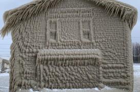 Natura, arhitect neîntrecut: Imagini de necrezut cu casele îmbracate în gheață de pe marginea unui lac