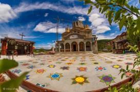 Flori pictate în curtea unei biserici din Cluj pentru a se respecta distanţarea socială