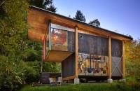 O casă ecologică este realizată aproape în întregime din materiale recuperate