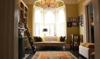 O casa cu interioare finisate in culori intense Desi arhtectura exterioara este putin grandioasa la interior