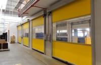 Usi rapide din PVC cu deschidere pe verticala Gunther Tore Romania acopera prin gama de usi rapide din PVC nevoia de optimizare a traficului, de imbunatatire a climatului din interiorul spatiilor industriale, de economisire a energiei electrice.