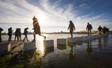 Pod olandez neobișnuit care îmbrățișează inundațiile din oraș