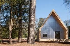 Constructii realizate din lemnul gasit pe teren