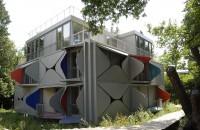 """O clădire ale cărei balcoane se deschid ca niște petale, inspirată de cinetism și de Le Corbusier  Facand nota discordanta cu imobilele traditionale din jur, cu tencuiala traditionala bej sau gri, fatada cladirii de apartamente """"Ballet Mecanique"""", din"""