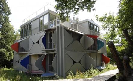 O clădire ale cărei balcoane se deschid ca niște petale, inspirată de cinetism și de Le Corbusier
