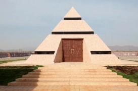 Omul care scrie istoria omenirii în piatră, în orașul pe care l-a construit în centrul lumii