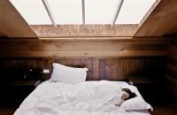 O culoare foarte populară pentru pereții dormitorului îți afectează somnul. Ce să alegi în schimb
