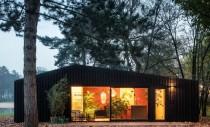 Casa pe care o poți închiria în mijlocul pădurii