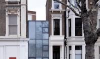 O casa construita intr-o fanta de doar 3m dintre alte doua imobile Casa Argintie cladirea avand