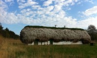 O casă de poveste cu acoperiș din alge marine și tot ce trebuie pentru un trai