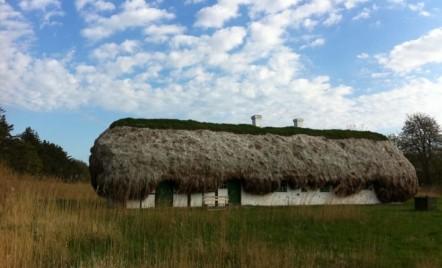 O casă de poveste cu acoperiș din alge marine și tot ce trebuie pentru un trai confortabil