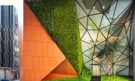 """""""Buzunare"""" de vegetatie invioreaza o cladire de birouri Arhitectii au gasit spatiul pentru a insera o"""