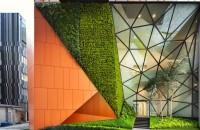 """""""Buzunare"""" de vegetatie invioreaza o cladire de birouri Arhitectii au gasit spatiul pentru a"""