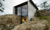 """O casa ascunsa printre stanci Constructia intitulata intr-un mod inspirat """"la Pierre"""" (piatra) impresioneaza prin forma"""