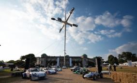 Șase modele Porsche, folosite pentru o sculptură care sfidează gravitația
