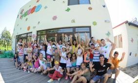 Saint-Gobain continuă să investească în proiecte de responsabilitate socială pentru comunitățile defavorizate, alături de Habitat for Humanity Romania și MagiCamp