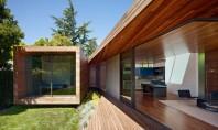 O casa ce se bucura de natura si soare Compusa din doua volume casa isi deschide
