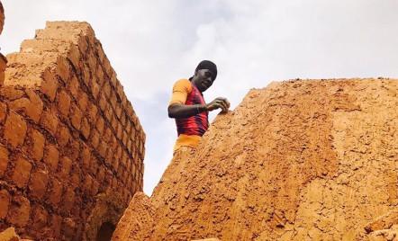 Vechi tehnici de constructie ajuta la imbunatatirea crizei imobiliare din Africa de Vest
