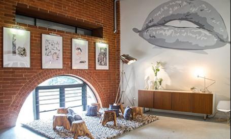 Un loft industrial cu decoratii artistice